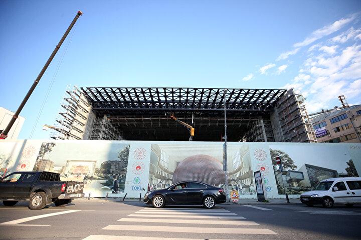 AKM binası tamamlandığında içerisinde 48 bin 705 metrekare büyüklüğünde 4 bodrum, zemin ve 9 kattan oluşan 2 bin 40 kişi kapasiteli opera salonu, 16 bin 228 metrekare büyüklüğünde 4 bodrum, zemin ve 5 kattan oluşan 805 kişilik bir tiyatro salonu, buralara ait sahne, kulis odaları, fuaye alanları, atölye ve depo alanları, bale çalışma salonları, solist ve orkestra çalışma odaları, kayıt stüdyosu ve prova salonları, sanat galerileri, sergi salonları ve millet kıraathaneleri yer alacak.