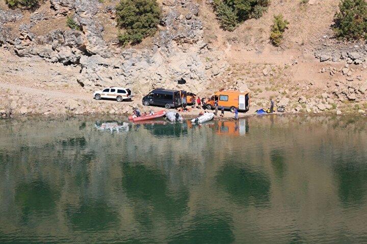 Valilik koordinesinde, Uzunçayır Baraj Gölü'nde başlayan arama çalışmalarına İl Afet ve Acil Durum Müdürlüğü (AFAD), Deniz Kuvvetleri Komutanlığı, Jandarma Özel Asayiş Komutanlığı, Emniyet Genel Müdürlüğünden 20'si dalgıç 45 kişilik ekip katılıyor.Çalışmalar kapsamında ekipler, Uzunçayır Baraj Gölü boyunca botlarla su üstü ve kıyı araması yaparken, dalgıçlarla da dalış yapılarak arama gerçekleştiriliyor. Çalışmalara 3 su altı arama robotu (ROV) cihazı ve bir taramalı sonar cihazı da destek veriyor.