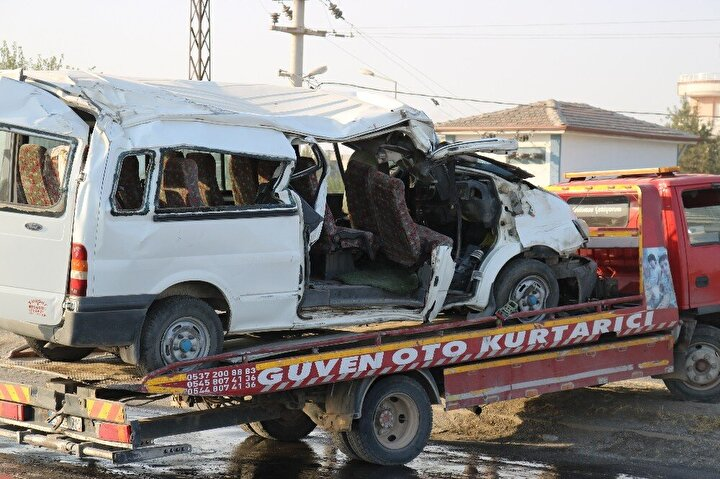 Diyarbakır'ın Bismil ilçesi Sanayi Caddesi Batman yolu üzerinde meydana geldi. Edinilen bilgilere göre tekstil işçilerini taşıyan 21 LC 284 plakalı Ford Transit marka minibüs sürücüsü aşırı hız nedeniyle direksiyon hakimiyetini kaybetmesiyle beton aydınlatma direğine çarptı.
