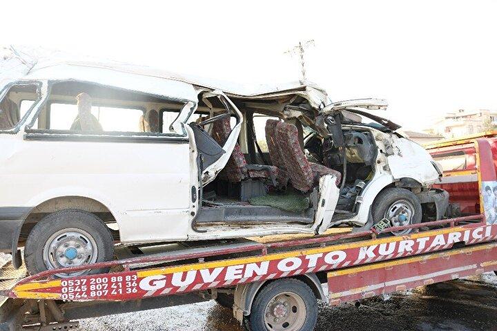 Polis, kazayla ilgili inceleme başlatırken, minibüs çekici yardımıyla yoldan kaldırıldı.