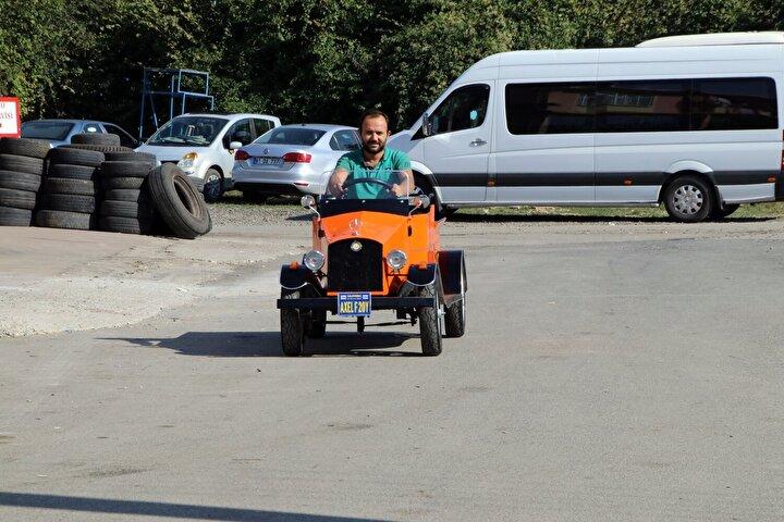 Emre Topal, 3 yıl önce Aziziye Mahallesi'nde bulunan Yeni Sanayi Sitesi'nde iş yeri açtı. Topal bir süre sonra klasik araç tutkusu nedeniyle otomobil kaportalarından artan parçalarla otomobil yaptı.