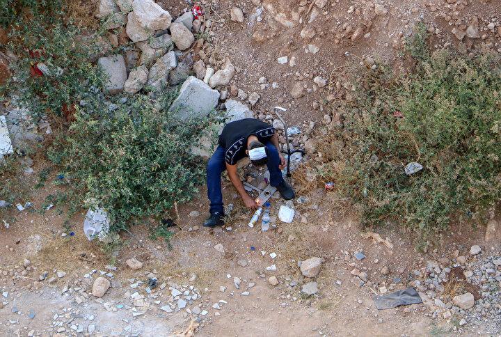 Günün her saati araziye gelen bağımlılar, çevredekilere aldırış etmeden uyuşturucu kullanıyor. Mahalleli durumu polise bildirse de ekiplerin uyarısıyla dağıtılan bağımlılar, bir süre sonra geri dönüyor.