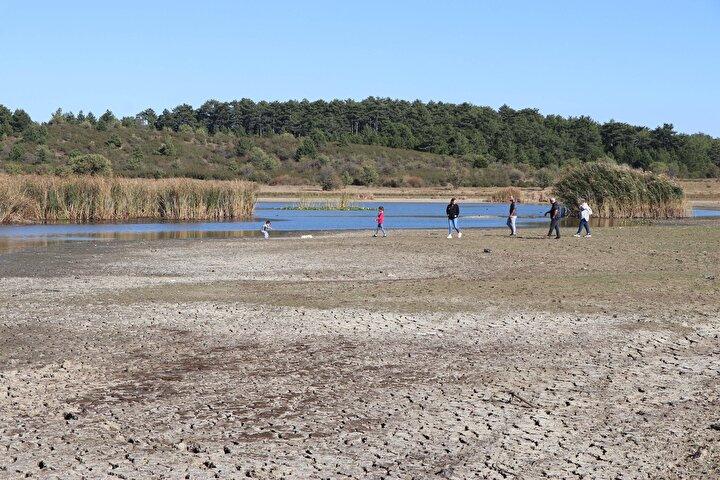 Etrafı çam ağaçları ile kaplı olan ve doğal güzelliğiyle fotoğraf tutkunlarının uğrak noktaları arasında bulunan 466 dekar alana yayılan Yayla Gölünde su seviyesi, kıyıdan yaklaşık 30 metre çekildi. Dört mevsim ziyaretçi çeken 188 çeşit bitki, 158 çeşit kuş türüne ev sahipliği yapan gölün kuruyan kısımlarında, bölgeye gelen ziyaretçiler yürüyüş yaptı. Eskiden su üzerinde yüzen kazların toprak üzerinde gezindiği, küçükbaş hayvanların da gölün kuruyan kısmında otladıkları görüldü.