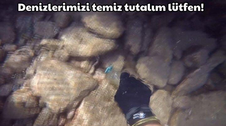 Dalış yaptığı sırada yanında getirdiği torbasına bulduğu bütün çöpleri doldurarak denizleri temizliyor.