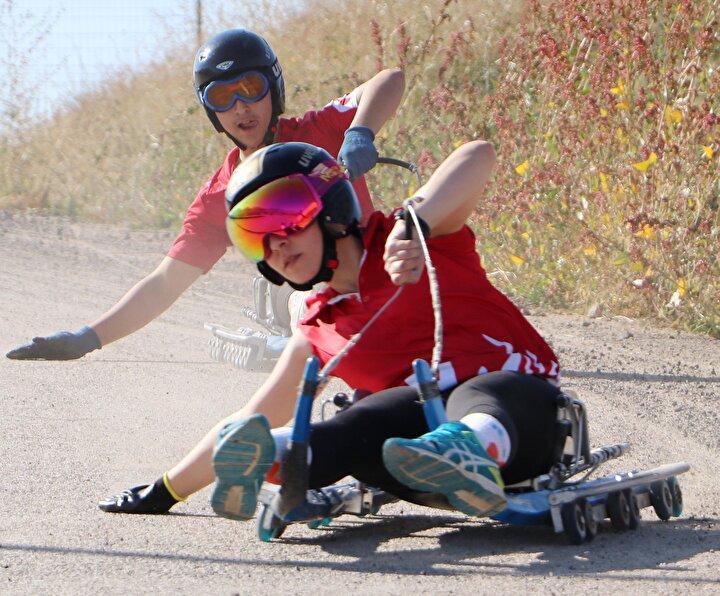 Gençler bu spora çok ilgili. Kızağa bir defa yapan artık vazgeçemiyor. Adrenalin olarak çok iyi bir spor. Gençlerin çok zevk aldığı bir spor diye konuştu.