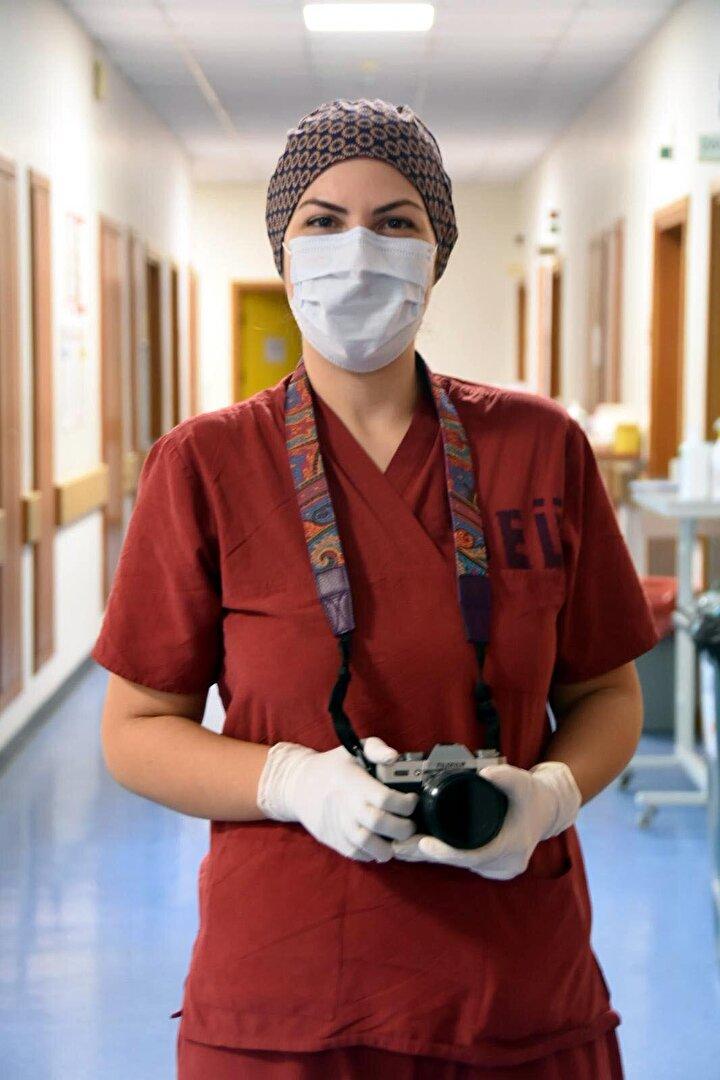 Hastanenin her bölümünde fotoğraf çektiğini anlatan Dr. Çoban, Acil servisi, poliklinik, yoğun bakım, laboratuvar, hastanede aklınıza gelebilecek her yeri fotoğraflamaya çalıştım. Fotoğrafları görenler, o olayın içinde olduklarını hissettiklerini söylediler. Sağlık çalışanlarının doğalını bozmadan, onların işlerini etkilemeden yapmaya çalıştım ve başardığımı düşünüyorum. Beni en çok heveslendiren düşünce, bundan 50 yıl sonra bu fotoğrafları gören insanlar neler yaşadığımızı, nasıl bir ortamda çalıştığımızı görebilecekler diye konuştu.