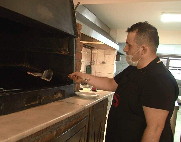 """Palamudun birçok pişirme yöntemleri bulunduğunu kaydeden Bayram, """"Şu an tam palamut dönemindeyiz ve müşterilerimiz çoğu bu balığı tercih ediyor. Balığın yağlanma durumuna göre tavası, kızartması, buğulaması, ızgarası olsun birçok çeşidi yapılabiliyor. Biz genellikle müşterilerimize buğulamasını ya da yağda hafif kızartmasını ara ara da ızgarasını tavsiye ediyoruz dedi."""
