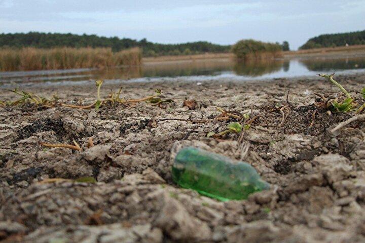 110 rakımda bulunan 466 dekar alana sahip gölde yağışların beklenen seviyenin altında olması nedeniyle kuraklık yaşandı.