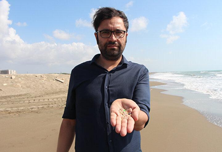 Doç. Dr. Gündoğdu, denizde bulunan diğer kirleticileri de bünyesine alan ham plastiklerin, Turuva atı etkisi yaratarak adeta toksik zehirli bir bombaya dönüştüğünü kaydetti. Bunların denizlere karışması engellenemezse sahil kumlarında kum tanelerinin yerini alabilecek düzeye ulaşma ihtimali olduğunun altını çizen Doç. Dr. Gündoğdu, şöyle konuştu: