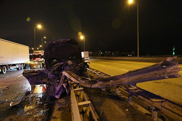 Kaza sebebi ile kilometrelerce uzunlukta araç kuyruğunun oluştuğu yol, kaza yapan tır ve lüks cipin yoldan kaldırılmasının ardından tekrar normale döndü.