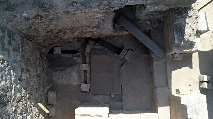 YERLEŞİMİN KESİNTİSİZ DEVAM ETTİĞİ YERLERDEN  2019dan bu yana kazı çalışmalarının devam ettiğini söyleyen Yıldız, Amida Höyük, hem Mezopotamya hem de Diyarbakır için önemli bir yerleşim yeridir. Amida Höyükte bugüne kadar yaptığımız çalışmalarda günümüzden 8 bin yıl önce yerleşimin olduğu netleşti...