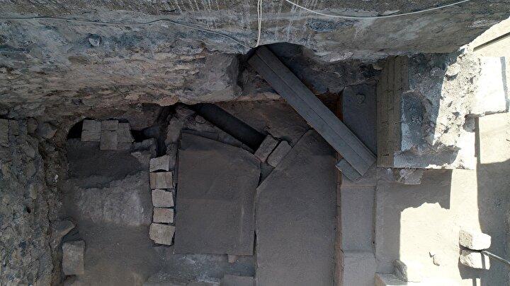 DİYARBAKIRIN KALBİ  Bugüne kadar yapılan kazılarda Amida Höyükte ilk yerleşimin M.Ö. 6100 yıllarında Genç Neolitik döneminde başlandığı tespit edildi. Ancak sürdürülen kazı çalışmalarında Amida Höyükün M.Ö. 10-11 bininci yıllara kadar yerleşimin olduğuna dair kalıntıların bulunması hedefleniyor.