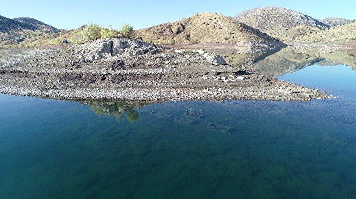 Altı ay gibi kısa bir sürede su tutmaya başlayan baraj Maden köyünün de mezarlığını adeta adaya dönüştürdü. Bu yıl tarım nedeniyle sulama yapılınca barajın suları oldukça çekildi.