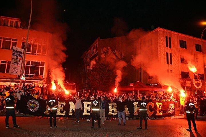 Karşılaşmanın ardından Ülker Stadının dışında toplanan bir grup sarı-lacivertli taraftar, tezahüratlarla takımlarına sevgi gösterisinde bulundu.