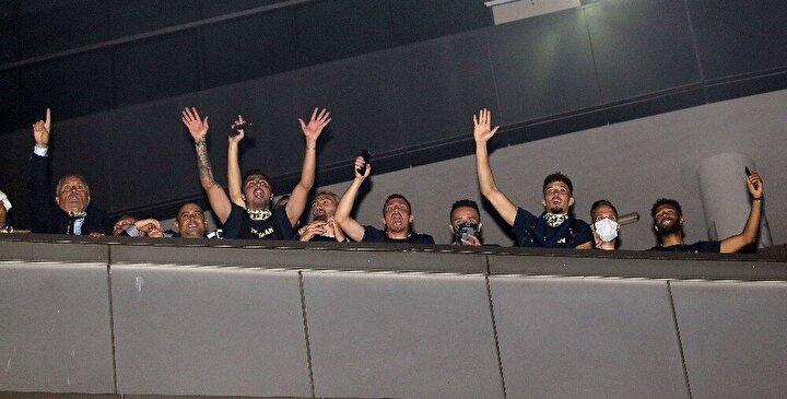 Stadın balkonuna çıkan Fenerbahçeli futbolcular, galibiyeti kutlayan taraftarları selamladı.