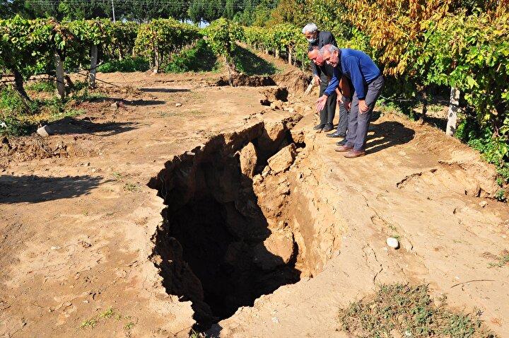 FAY HATTI YILDA ORTALAMA 10 SANTİMETRE HAREKET ETMEKTEDİR  Dokuz Eylül Üniversitesinde (DEÜ) Deprem Araştırma ve Uygulama Merkezi (DAUM) Müdürü ve Jeoloji Mühendisliği Bölümü öğretim üyesi Prof. Dr. Hasan Sözbilir, Sarıgöl fay hattının 1969 yılından beridir yıkıcı deprem üretmeden hareket ettiğini söyledi.