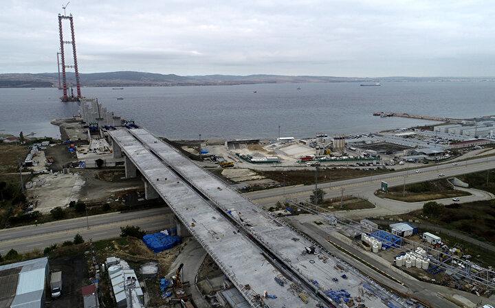 2x3 şeritle hizmet verecek köprünün tabliyesi 45,06 metre genişlikte ve 3,5 metre yükseklikte olacak. Tabliyenin her iki tarafında inşa edilecek yürüme yolları, bakım onarım amacıyla kullanılacak.Köprü için 2 yaklaşım viyadüğü, 4 betonarme viyadük, 10 alt geçit köprüsü, 33 üst geçit köprüsü, 6 köprü, 43 alt geçit, 115 menfez, 12 kavşak, 4 otoyol hizmet tesisi, 2 bakım işletme merkezi, 6 ücret toplama istasyonu inşa edilecek.Çanakkale Deniz Zaferinin 107nci yıl dönümüne rastlayan 18 Mart 2022de açılması planlanan köprü, uluslararası bir koridorun da tamamlayıcısı olacak. Köprü, Avrupadan gelip Türkiyenin dört bir yanına gidecek sürücü ve yolcular tarafından yoğun olarak kullanılacak.