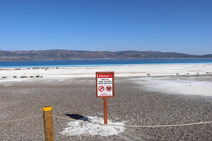 GÜNDE 250 KİŞİ ZİYARET EDİYOR  Beyaz Adaların girişinde hediyelik eşya satan Salda köyü halkından Davut Güngör, Salda Gölü kapanmadan önce günde ortalama 700- 800 kişi ziyarete geliyordu. 15 Ekimden bu yana 200- 250 kişi geliyor. İnsanlar görmeye, bakmaya geliyor. Salda Gölünün sadece Beyaz Adalar bölümü ziyarete kapalı, gölün diğer tarafları ziyaret edilebilir dedi.