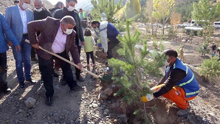 Cumhuriyet Bayramı etkinlikleri kapsamında Palandöken Belediyesince 60 dönümlük kent ormanına 300 fidan dikimi yapıldı.