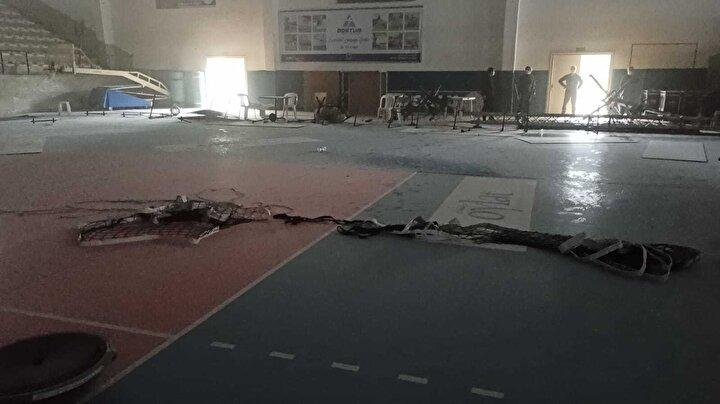 Voleybol sahasındaki fileyi koparan Yusuf M., LED skorboard tabelası ile tribündeki koltuklar ve spor malzemelerine zarar verdi.