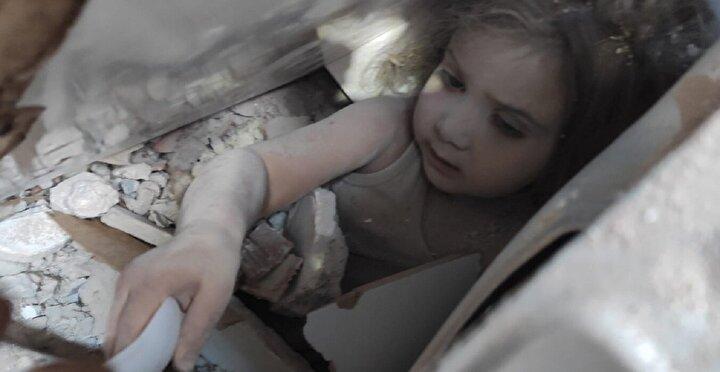 İzmirde 91 saat sonra Rıza Bey Apartmanı enkazından 4 yaşındaki Ayda Gezgin sağ çıkarıldı.
