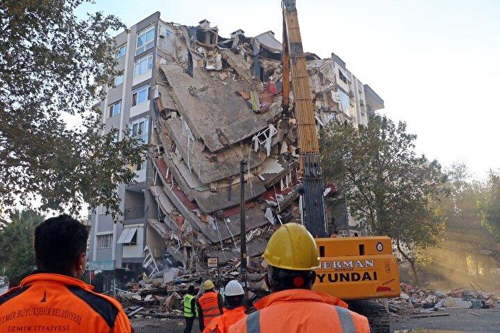 Seferihisar açıklarındaki 6.6lık depremin ardından onlarca vatandaş, yıkılan binaların altında kalarak öldü.