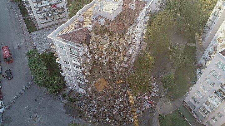 Depremden sonra vatandaşların zamanında dışarı çıkmasıyla apartmanda şans eseri can kaybı yaşanmamıştı.