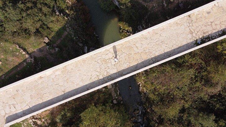 """Köprüyü ziyaret ederek fotoğraf çektiren Elifnaz Altürk, """"Kocaeli'nin tarihi yerlerini araştırmıştık ve Tarihi Kutluca Köprüsü hakkında da bilgi sahibi olmuştuk. Yakından da geçerken ziyaret etmek istedik. Açıkçası bizi büyüledi. Fotoğraf çekildik. Herkesin görmesini tavsiye ediyoruz. Roma döneminde kalma bir köprü. 2 bin yıllık köprü olması bizi şaşırttı"""" dedi."""