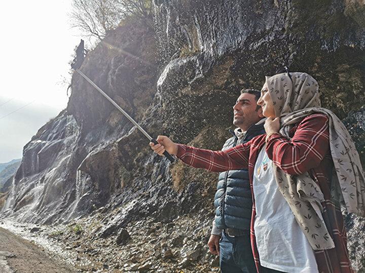 Vatandaşlar ise doğa harikası bu eşsiz manzara önünde selfie çekiyor.