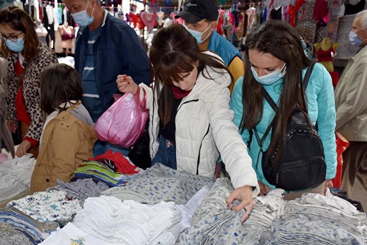 Taşıyabildikleri kadar ürün alan Bulgar turistler, iki ülkede de artan koronavirüs vaka artışına aldırmayarak alışverişlerine devam ediyor.