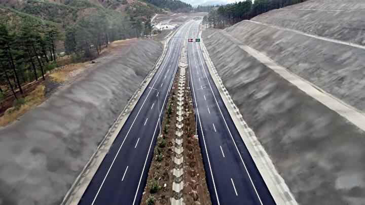 YILLIK 159 MİLYON LİRA TASARRUF Kahramanmaraş ile Kayseriyi de birbirine bağlayan ve günlük ortalama 8 bin aracın geçtiği yolda 570 metre uzunluğunda 2 viyadük, 145 metre uzunluğunda 3 köprü ile 734 metre uzunluğunda 6 köprülü kavşak da bulunuyor.