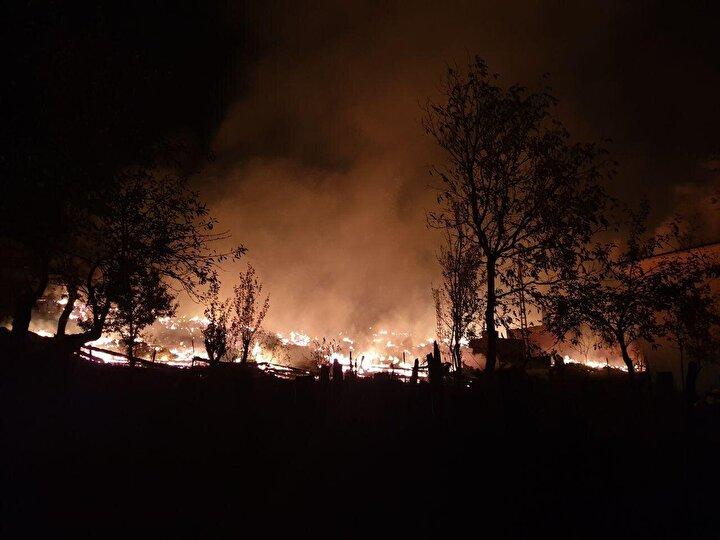 Satı Hebipoğluna ait evde elektrik kontağından çıktığı tahmin edilen yangın, binanın ahşap olması nedeniyle hızla büyüdü.