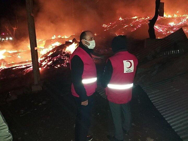 Kastamonu şehir merkezine 54 kilometre uzaklıktaki 14 haneli Tepeharman Köyünde gece saat 22.30 sıralarında yangın çıktı.