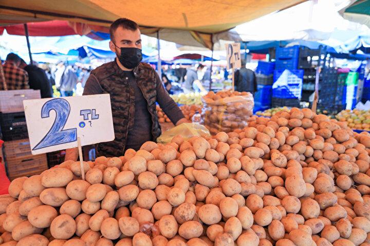 Sebze ve meyve grubunun tamamında artış gözlendiğini ifade eden Yılmaz, Sebze ve meyvelerimizde hava sıcaklığından dolayı verim düştü. Özellikle domateste. İlk döllemelerde sayıda ve tonajlarda düşme yaşandı. İlk zamanlarda 10 kilogram toplarken, şimdi 5 kilogram toplamaya başladılar. Bu da ister istemez fiyatına yansıyor dedi.