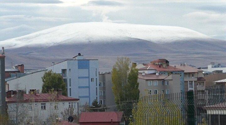 Soğuk havanın ardından yağan kar, kenttin etrafında bulunan dağları beyaza bürüdü.