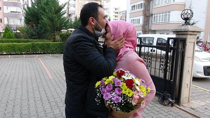 """İbrahim Yücel ise evlilik teklifinde de aynı şekilde bir sürpriz yaptığını belirterek, """"Eşim 2 yıl önce otobüsle Kayseri'ye giderken Yıldızeli'nde polislerin yardımı ile otobüsü durdurmuştum. Otobüste eşime evlilik teklifi yapmıştım. Sağolsun 'Evet' dedi, beni de bir ömür boyu mutlu etti..."""