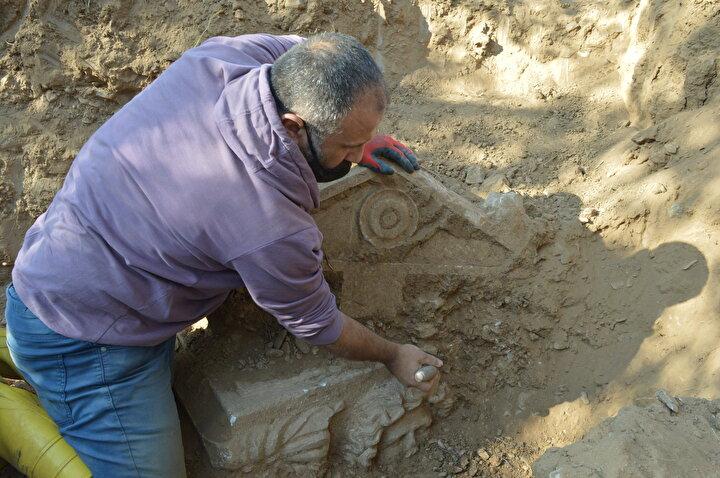 """Çünkü müze turizmini besleyen temel malzeme metropol alanda üretiliyor. Yeni bir metropol alanın keşfedilmiş olması bölge turizmi açısından büyük bir potansiyeli, büyük bir dinamizmi bize kazandıracak ivmelenmeyi yaratır diye düşünüyoruz. Bu anlamda çok mutluyuz. Helenizm dönemine ait bir antik kent bildiğiniz gibi Afrodisias bölgesi ve bu lahitlerin henüz kimliklendirmesini tam yapmamış olmakla beraber en az 2 bin yıllık belki 2 bin 500 yılık lahitler olduğunu tahmin ediyoruz. Dolayısıyla M.Ö. 500'e kadar uzanan bir geçmişinin olduğunu düşünüyoruz"""" diye konuştu."""