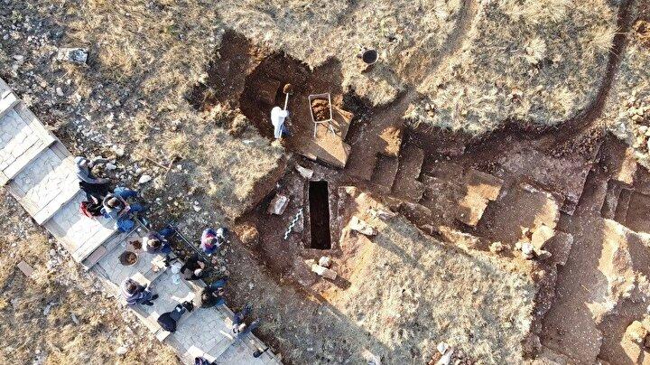 """Bu da bize gösteriyor ki, 'ölü yemeği' olarak kendisine sunulmuş. Daha önceki sanduka mezarları kazdığımızda iskeletlerin toz haline dönüştüğünü görüyorduk fakat burada 1500 yıla yakın bir iskeletin sağlam olarak günümüze gelmesi arkeolojik olarak çok iyi bir durumdur"""" ifadelerini kullandı."""