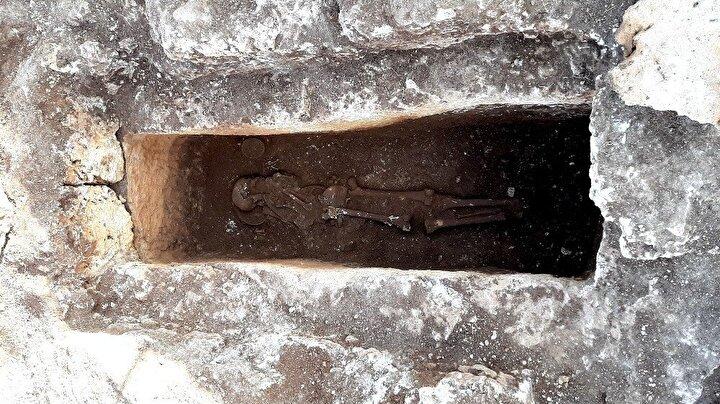 Kase içerisinde kanatlı hayvan kemikleri bulunuyor.Adıyaman Müze Müdürlüğü'nün yürüttüğü ve Adıyaman Üniversitesi'nin bilimsel danışmanlığını yaptığı kazılarda bugüne kadar hiç bu şekilde sağlam bir iskelet ile karşılaşılmadığı öğrenildi.