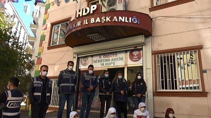 Diyarbakır annelerinin, dağa kaçırılan çocukları için HDP İl Başkanlığı binası önündeki evlat nöbeti devam ediyor.