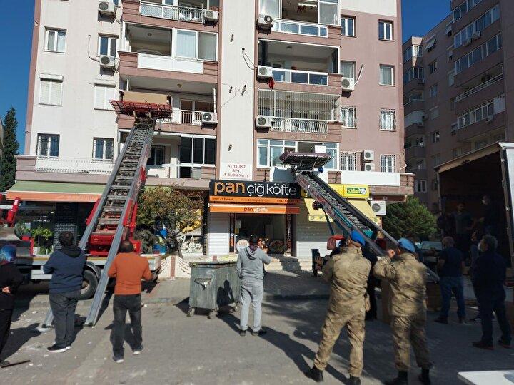 Seferihisar açıklarında geçen 30 Ekimde meydana gelen ve 115 kişinin yaşamını yitirdiği 6.6 büyüklüğündeki depremden en çok etkilenen bölge, İzmirin Bayraklı ilçesi oldu. 17 binanın yıkıldığı ya da acil yıkılması gereken yapı statüsünde yer aldığı Bayraklıda, onlarca binada az, orta ve ağır hasar oluştu. Depremin ardından evleri hasar alan ya da almayan vatandaşlar, ilçeyi terk etmeye başladı.
