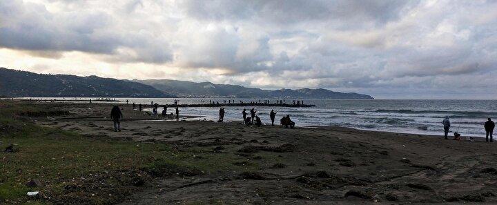 """Sahile gelen Murat Özdemir, herkesin oltayla kıyıya geldiğini belirterek """"Dün daha iyiydi, bugün pek yoktu, duyan geldi haliyle herkes balığa doydu. Kafes yırtıldığı söyleniyor"""" dedi."""