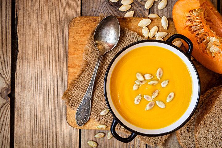 """Balkabağı; akciğer sağlığını geliştiren alfa ve beta karoten, lutein ile zeaksantin gibi karotenoidler açısından özellikle zengin bir besin. Beslenme ve Diyet Uzmanı Ayşe Sena Binöz, balkabağının antiinflamatuar özelliğiyle, zararlı maddeleri etkisiz hale getirip, vücut hücrelerine zarar vermesini önlediğini belirterek, şunları söylüyor: """"Balkabağı aynı zamanda lif, A vitamini, C vitamini, E vitamini, folat ve demir içeriğiyle bağışıklık sistemini destekliyor. Genç ve yaşlı popülasyon üzerinde yapılan çalışmalar, yüksek kan karotenoid seviyelerinin daha iyi akciğer fonksiyonuyla ilişkili olduğunu gösteriyor."""