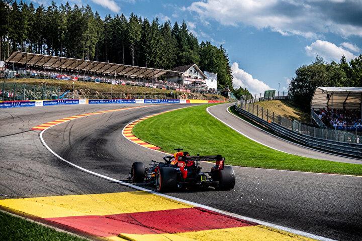 """Belçika Grand Prix – Spa-Francorchamps: Formula 1'in en uzun pisti olan Spa-Francorchamps, en heyecanlı yarışların yaşandığı yer olarak biliniyor. Valon Bölgesi'nin Stavalot beldesinde bulunan pistte ilk yarış 1925 yılında düzenlenmiş. En eski pistlerden biri olan Spa'nın şekli ve teknik özellikleri yıllar içerisinde değiştirilip geliştirilmiş. Kalkış hızının önemli olduğu pistteki yarışlarda pilotlar tüm yeteneklerini sergileyebiliyor. Özellikle """"Eau Rouge"""" hem en can alıcı hem de sıralamaya en çok etki eden viraj. Burası motor sporlarındaki en önemli ve ikonik viraj olarak görülüyor."""