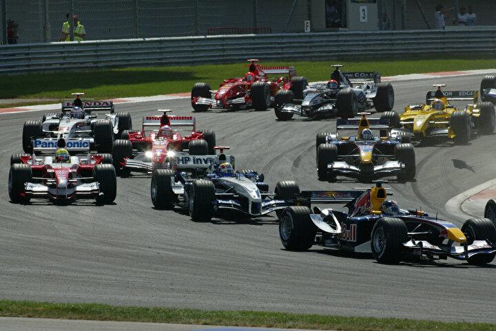 Türkiye Grand Prix – İstanbul Park:  İstanbul Park pisti F1 pilotlarını heyecanlandıran pistlerden biri. 2005 yılında ilk yarışın düzenlendiği pistteki 8. virajın ünü tüm F1 severler tarafından biliniyor. Bu viraj hem uzunluğu hem de yüksek G kuvvetine maruz bırakması sebebiyle pilotlar için zorlayıcı oluyor. Bu pistin araba yarışları tarihinde nadir görülen bir özelliği de var. Diğer pistlerin aksine burada araçlar ters yönde ilerliyorlar.