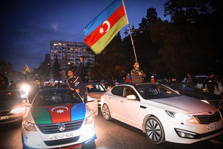 Başkent Bakü, saatin ilerlemesine rağmen coşkulu kutlamalara sahne oldu. Binlerce Bakülü ellerinde Azerbaycan ve Türk bayraklarıyla çıktıkları sokaklarda sevinç gösterisinde bulundu.