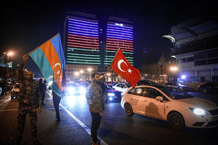 Azerbaycan ve Ermenistan, bu gece 00:00dan (TSİ) itibaren ateşkes yapılması yönünde anlaşma imzalamıştı.