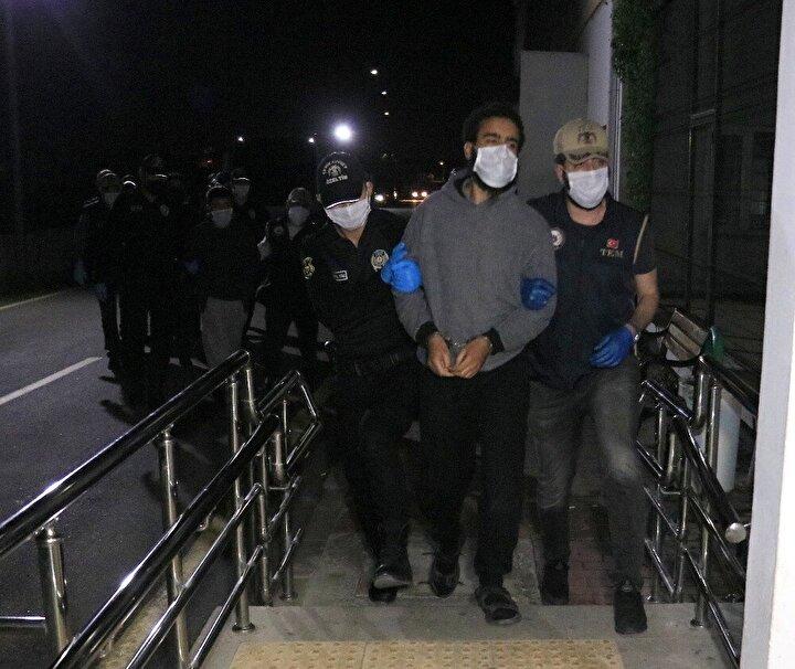 Bu sırada terör örgütü DEAŞ'ın Ayasofya-i Kebir Cami-i Şerifi ile bazı dernek, kuruluş ve siyasi önemli kişilere yönelik eylem arayışı içerisinde olduğu yönünde elde edilen istihbari bilgiler üzerine İstanbul Emniyet Müdürlüğü'nce çalışma başlatıldı. Bu kapsamda örgüt üyesi Hüseyin Sağır, AK-47 marka uzun namlulu silah ve 5 şarjör ile İstanbul'da yakalandı. Çıkarıldığı mahkemece 18 Ağustos'ta tutuklanan Hüseyin Sağır'a eylem talimatı verdiği değerlendiren DEAŞ'ın sözde Türkiye emiri Mahmut Özden (47) 20 Ağustos'ta Adana'nın Yüreğir ilçesine bağlı Yeşilbağlar Mahallesi'nde Adana polisi tarafından gözaltına alındı. Özden, 31 Ağustos'ta sevk edildiği adliyede tutuklandı. Daha sonra Özden'in oğlunun ve fedaisinin de aralarında bulunduğu 5 kişi yakalanıp tutuklandı.