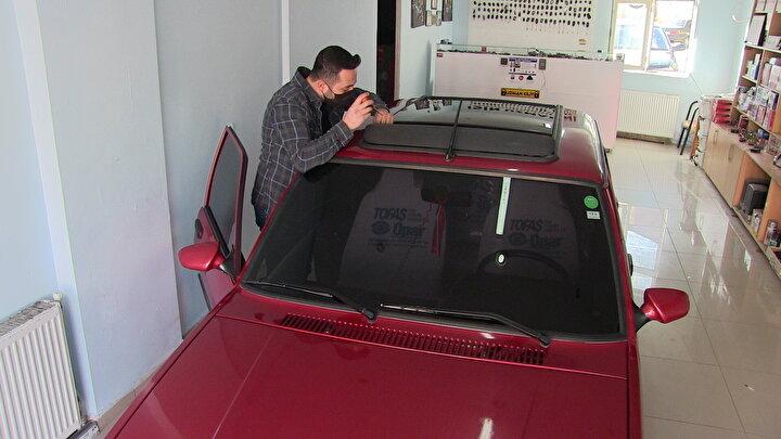 Elbistan ilçesinde oto anahtarcılığı yapan Mehmet Özkan, uygun fiyata aldığı eski araçları yaptığı değişikliklerle çok özellikli araçlar haline getiriyor.