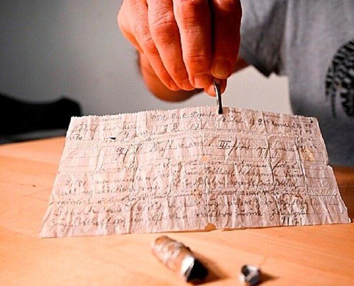 Metal kapsülün içinden, 1910 yılında Alman bir asker tarafından yazıldığı belirtilen, güçlükle okunan notların bulunduğu bir kağıt parçası çıktı.